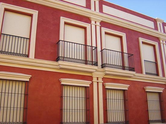 Fachada edificio de vivienda en la provincia de Sevilla